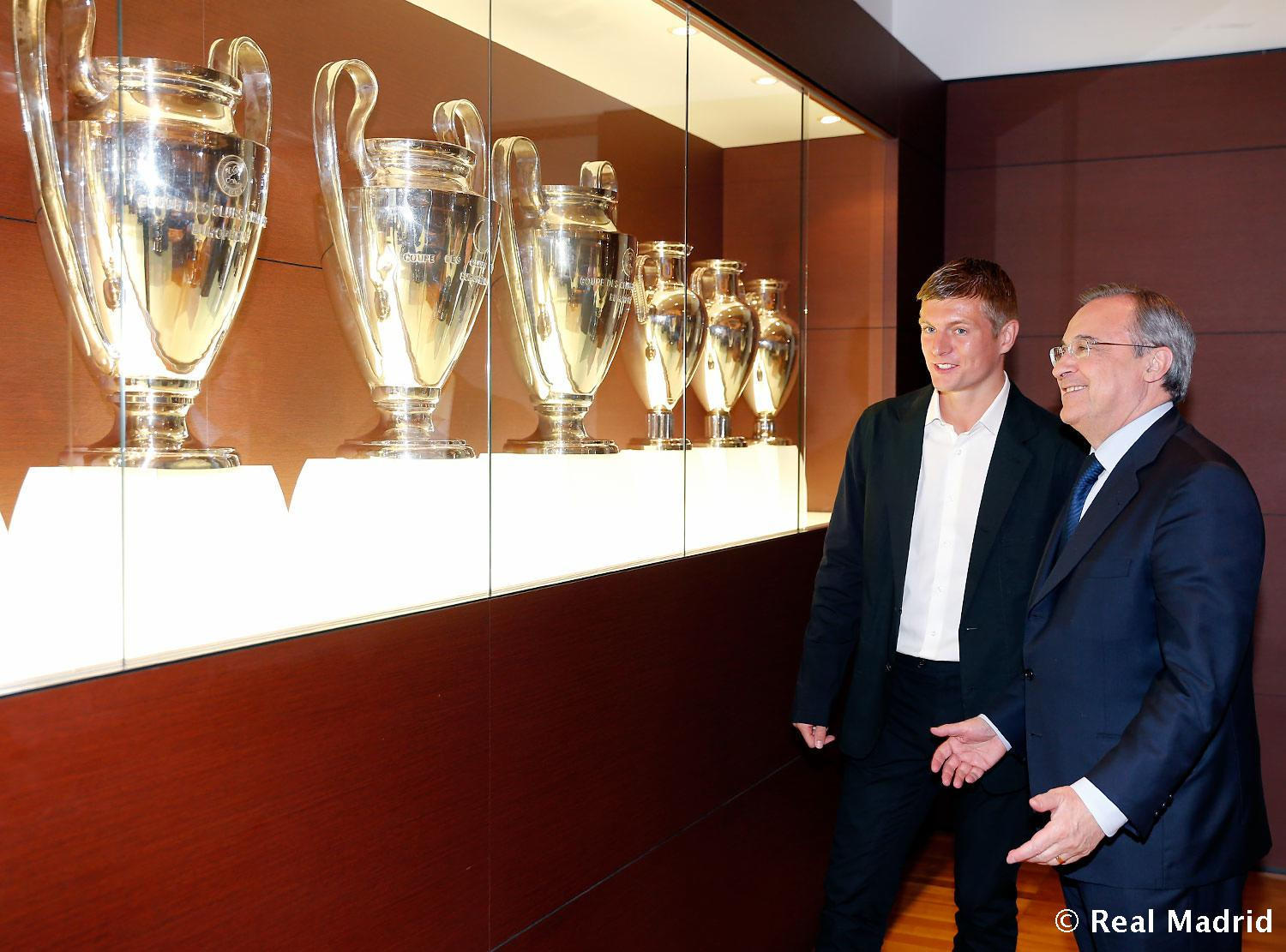 Real Madrid - Toni Kroos firma su contrato con el Real Madrid - 17-07-2014