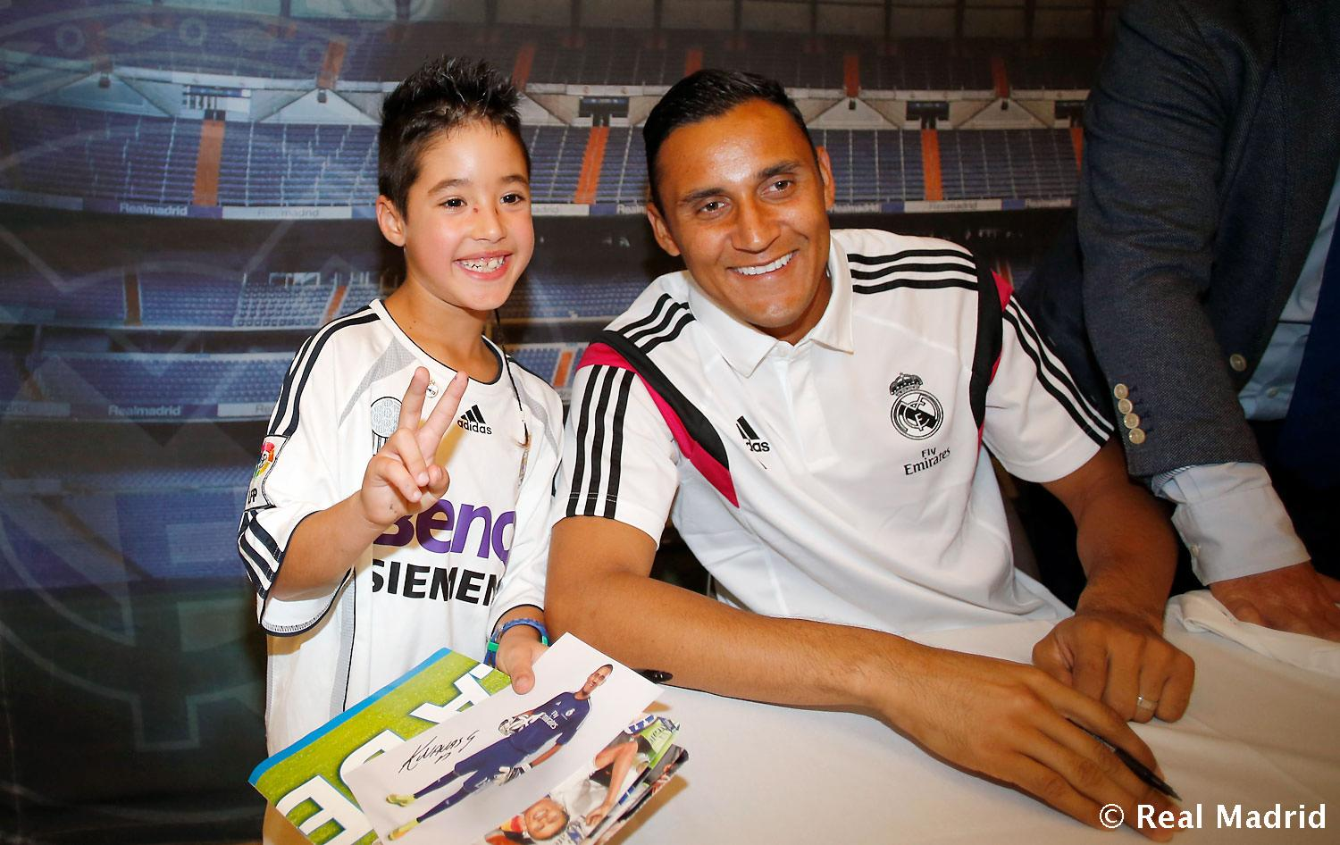 Real Madrid - Firmas de Chicharito y Keylor Navas - 19-09-2014
