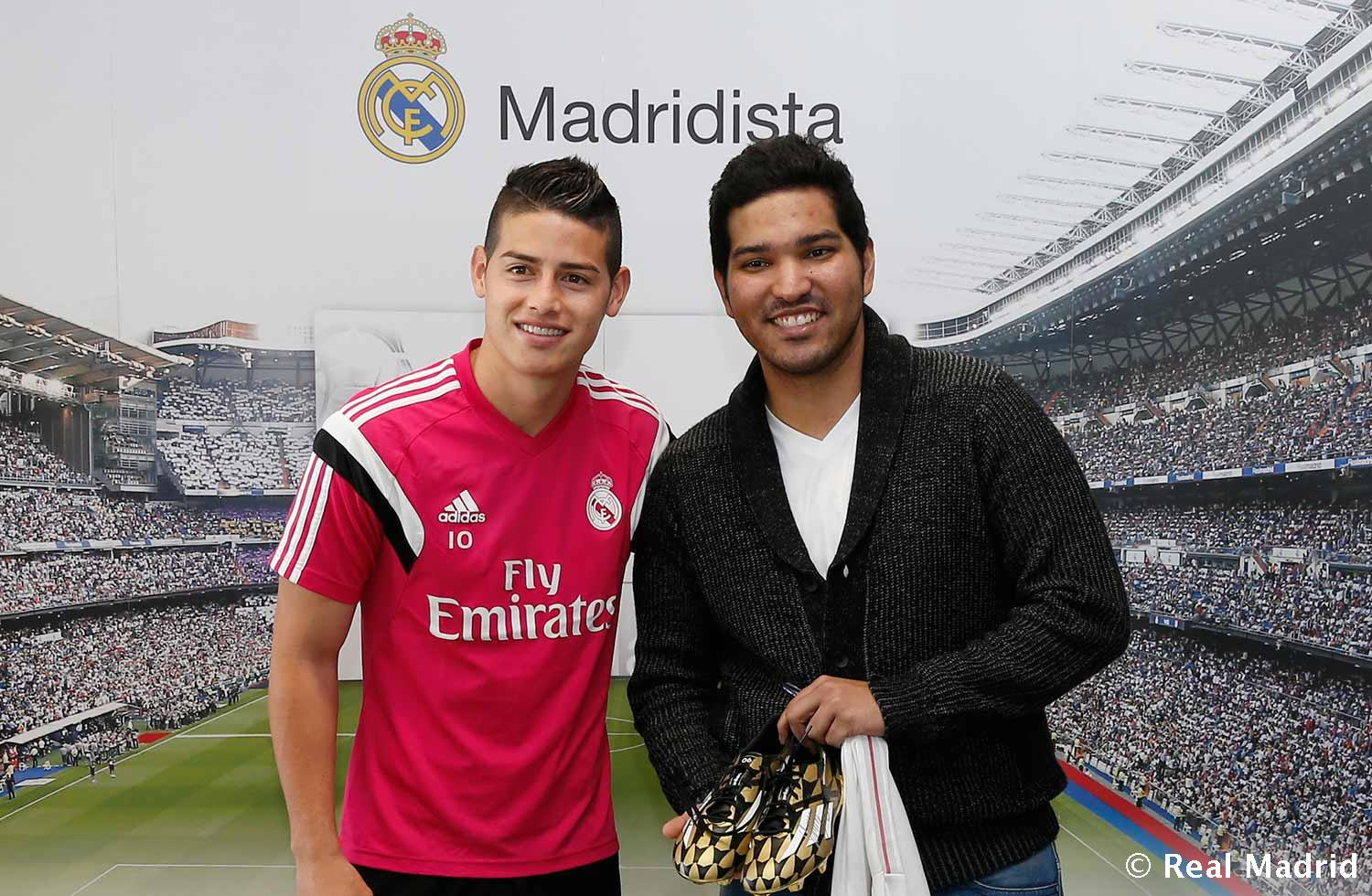 Real Madrid - The winner of the draw for a pair of James Rodríguez's boots poses with the player - 07-04-2015