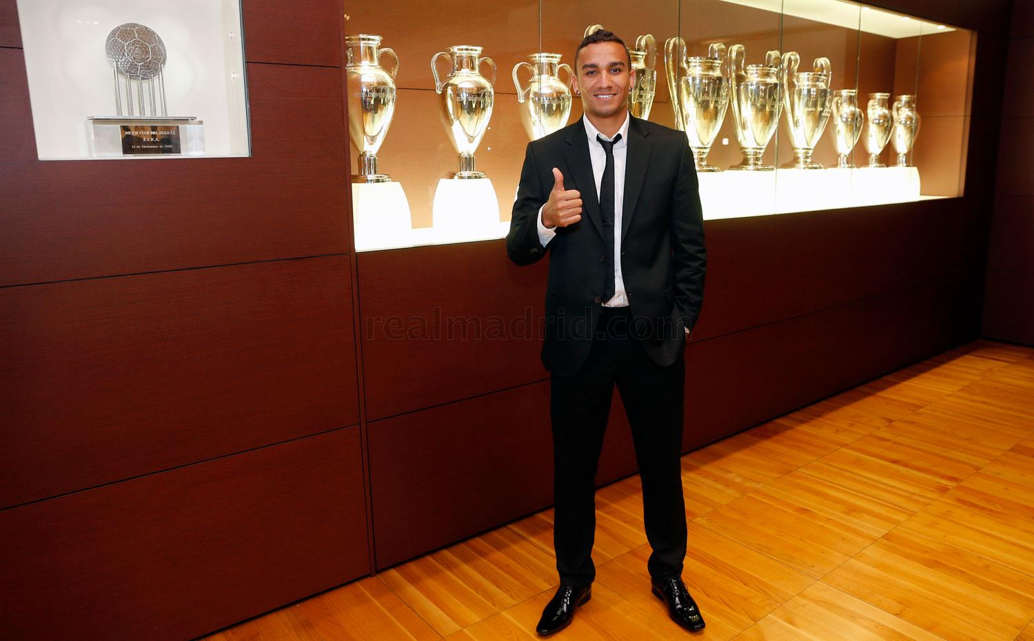 Real Madrid - Danilo firma su contrato con el Real Madrid - 09-07-2015