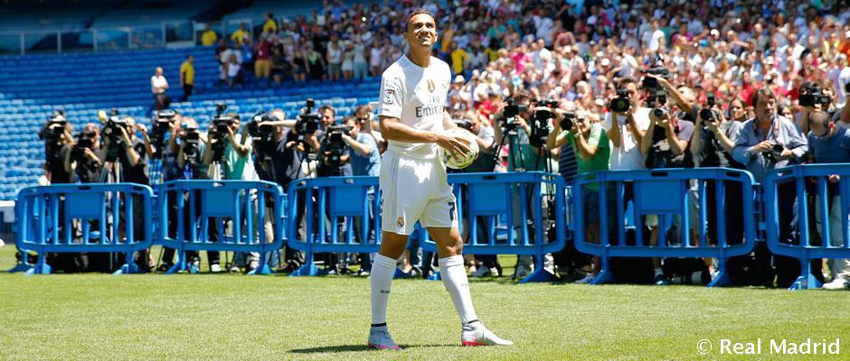 Danilo, sobre el césped del Santiago Bernabéu