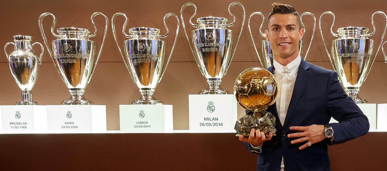 كريستيانو رونالدو يُتوّج بالكرة الذهبية 2016 | نادي ريال مدريد