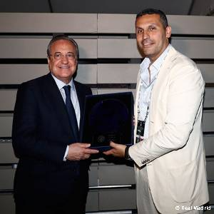 Exchange of gifts between Florentino Pérez and Khaldoon Al Mubarak
