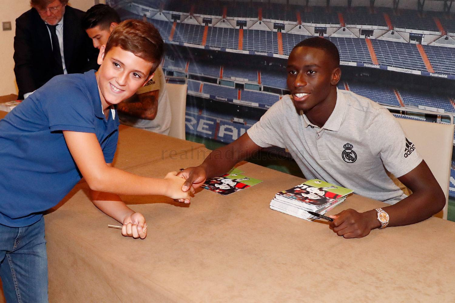 Real Madrid - James y Mendy firmaron autógrafos en Sevilla - 22-09-2019