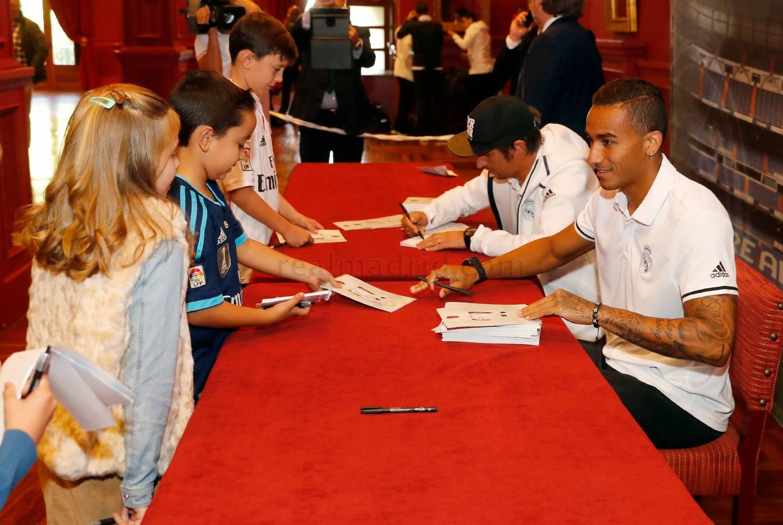 امضا دادن کوئنترائو و دنیلو به هواداران رئال در لئون (عکس)
