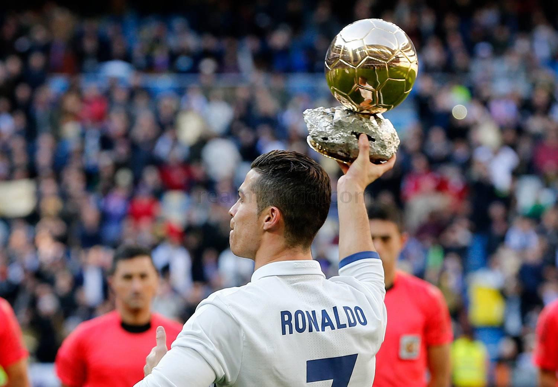 Cristiano Ronaldo ofereceu a sua quarta Bola de Ouro ao ...