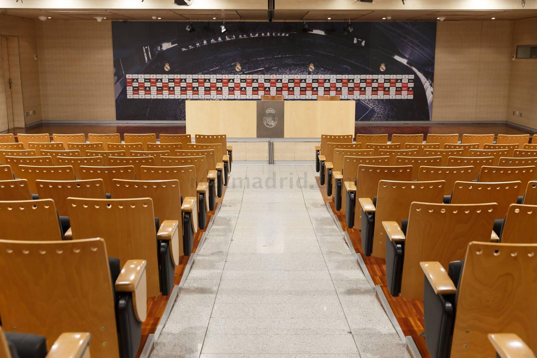 2c38f9c270ed6 Visita la sala de prensa del Real Madrid y siéntete como el entrenador y  los jugadores ante los medios.