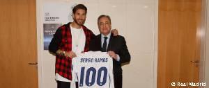 Florentino Pérez entregó a Sergio Ramos una camiseta por sus 100 partidos en la Champions League