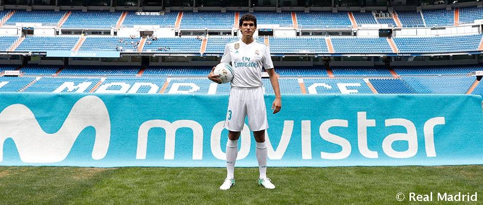 Vallejo takes to the Bernabéu pitch for the first time